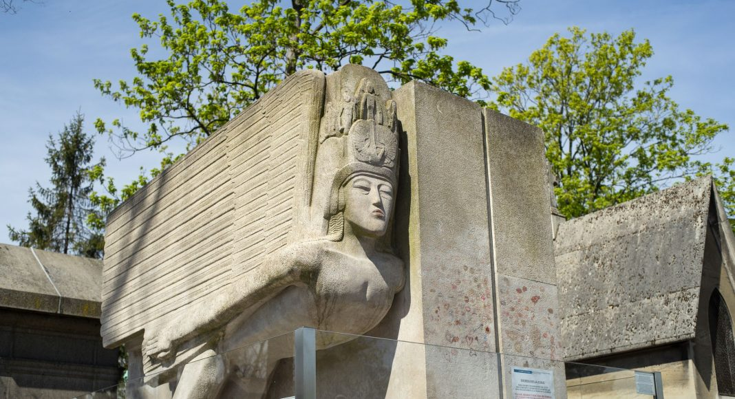 Ο Τάφος του Όσκαρ Ουάιλντ, Κοιμητήριο του Περ-Λασαίζ (Cimetière du Père-Lachaise), Παρίσι, Γαλλία, Ευρώπη